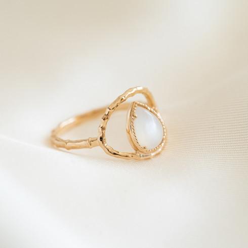 Bague pierre de lune plaqué or goutte d'eau entourée d'un anneau