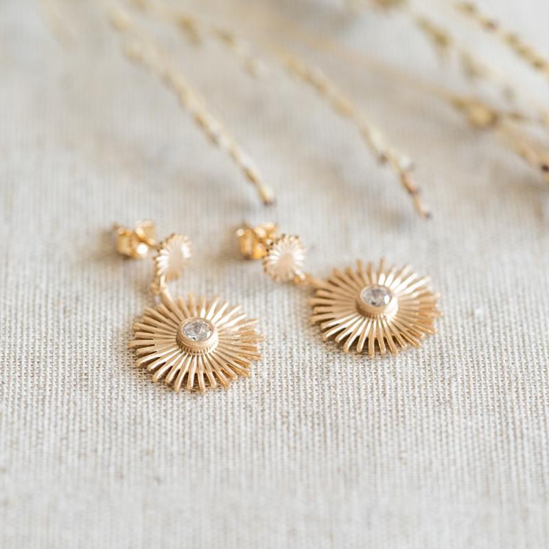 Les Boucles d'oreilles pendantes plaqué or sont ornées d'une pierre de zirconium