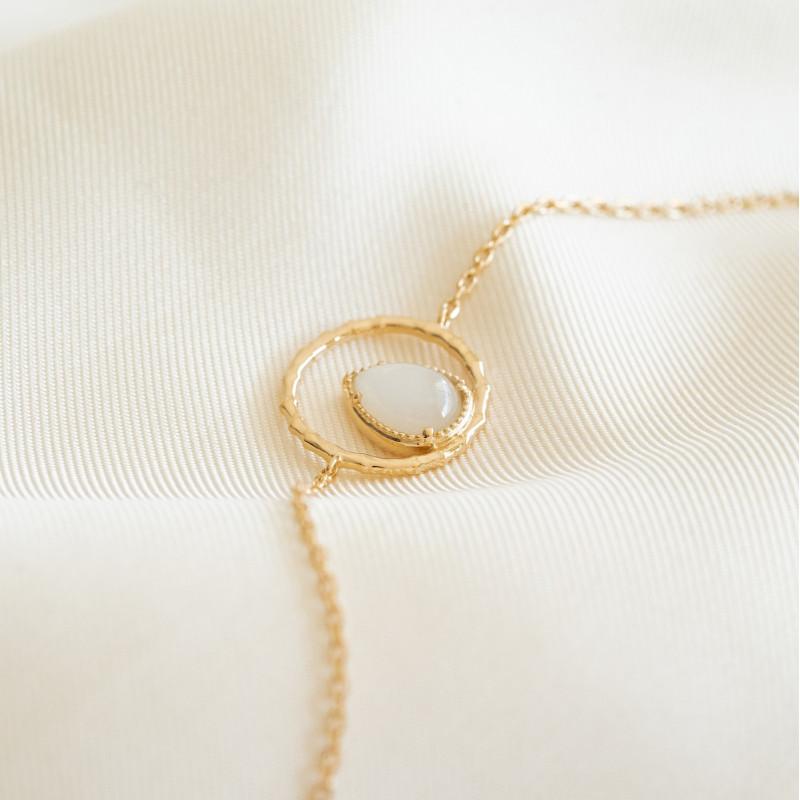 Bracelet fin plaqué or avec pierre de lune goutte d'eau entourée d'un anneau