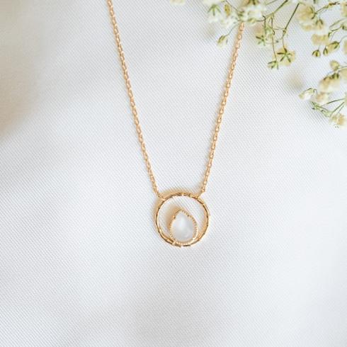 Collier fin plaqué or avec pierre de lune goutte d'eau entourée d'un anneau