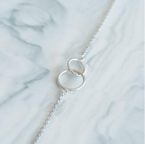 Bracelet fin argent rhodié, 2 anneaux entrelacés libres