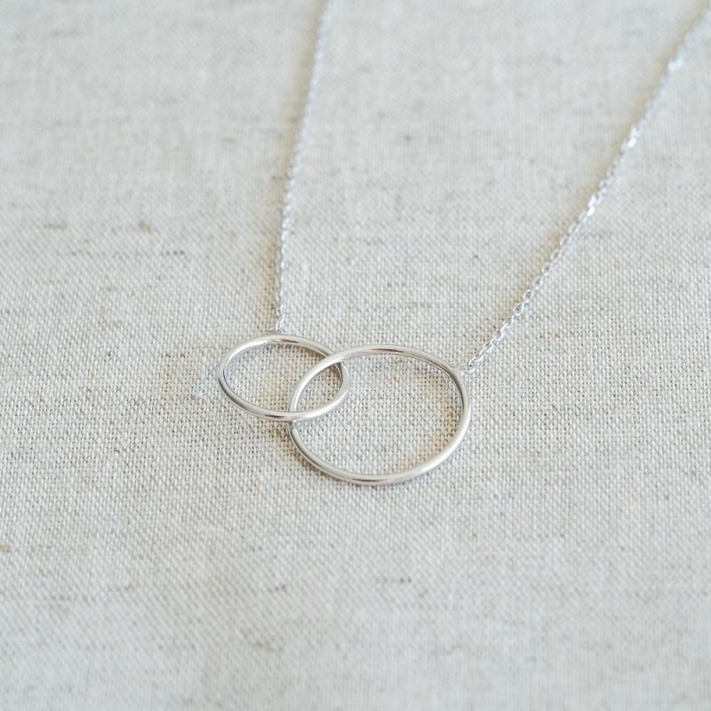 Collier fin argent anneaux entrelacés libres cercles