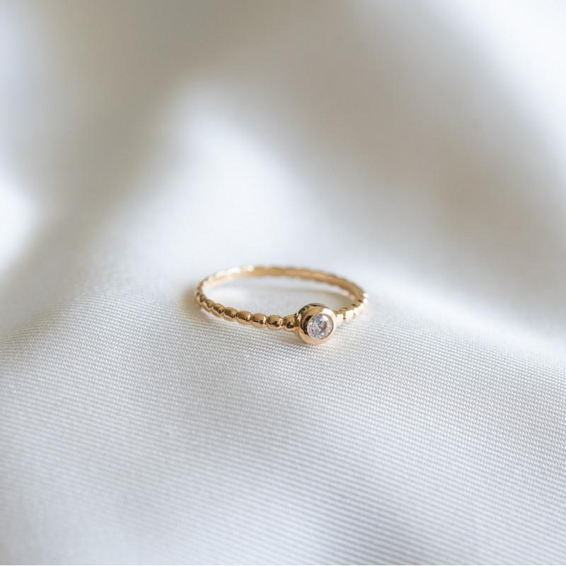 Bague fine en plaqué or, tour de bague torsadé et strass en zirconium.