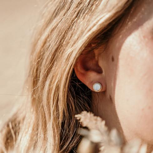 Petites boucles d'oreilles puces nacre plaqué or