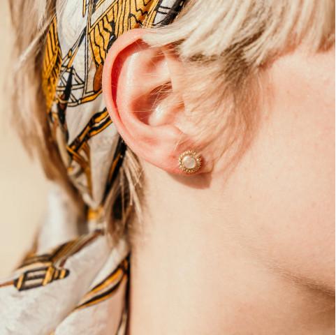 Boucles d'oreilles créateur fleur, pierre précieuse de pierre de lune et plaqué or