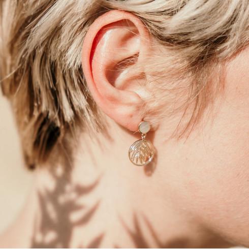 Boucles d'oreilles créateur pendantes en nacre et palme plaqué or