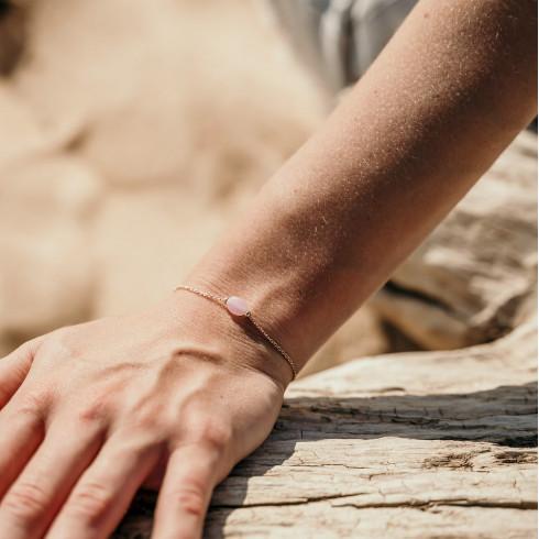 Bracelet fin plaqué or avec petite pierre de quartz rose