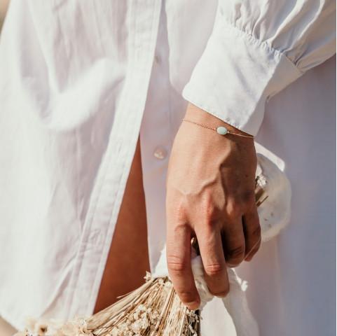 Bracelet fin plaqué or avec petite pierre d'amazonite couleur bleu pastel aqua