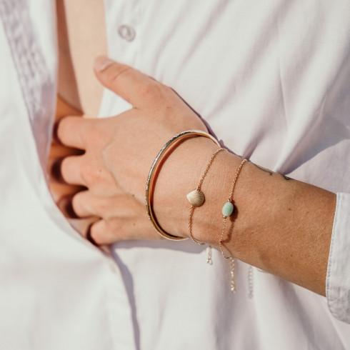 Accumulation jonc et bracelets plaqué or de créateurs : coquillage et pierres précieuses