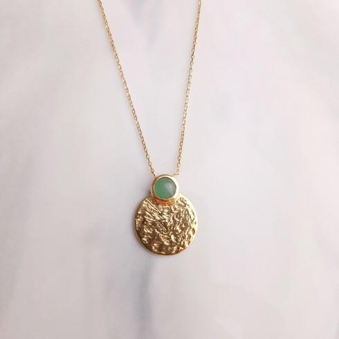 Collier fin plaqué or avec pendentif médaillon martelé et pierre précieuse d'aventurine du Brésil