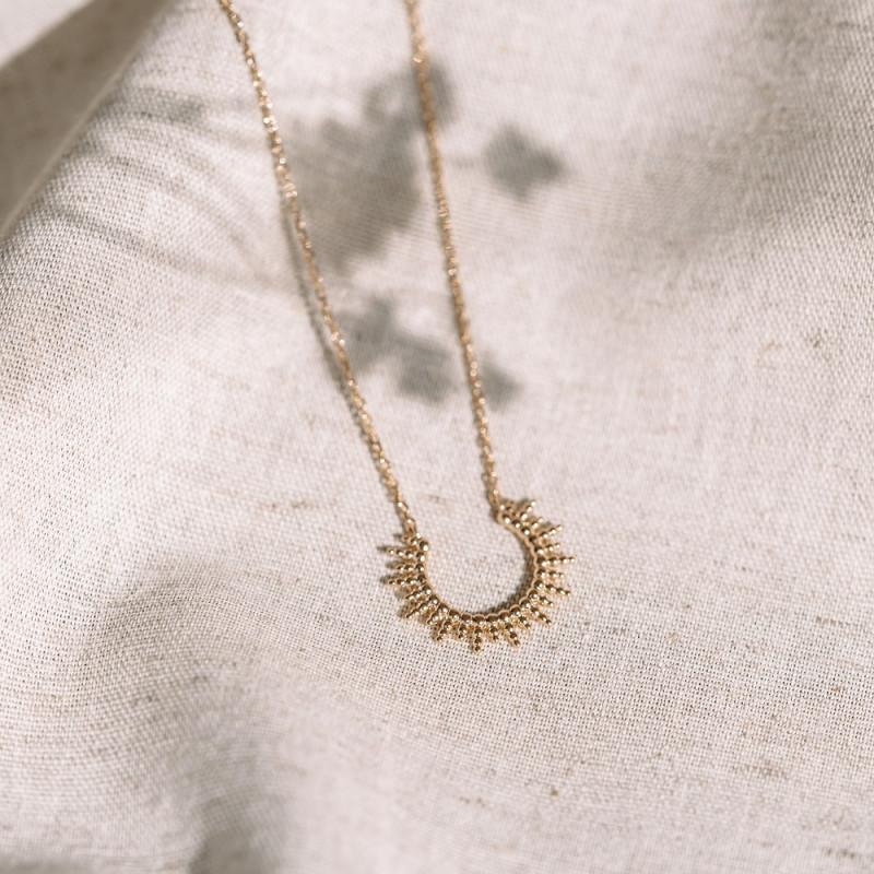 Collier fin plaqué or, pendentif demi-cercle avec rayons de soleil en détails