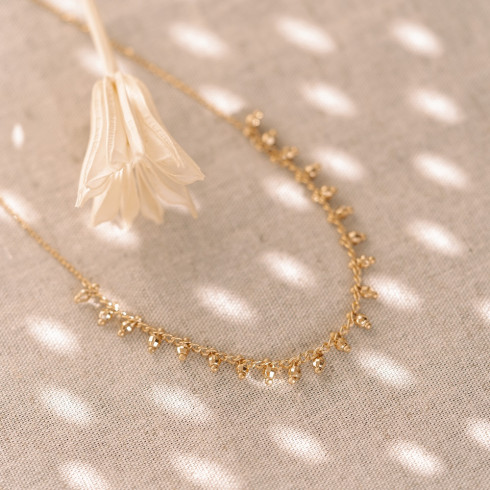 Collier ras de cou en plaqué or avec petites perles facettées